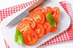 Schneidebrett aus Kunststoff mit Tomaten